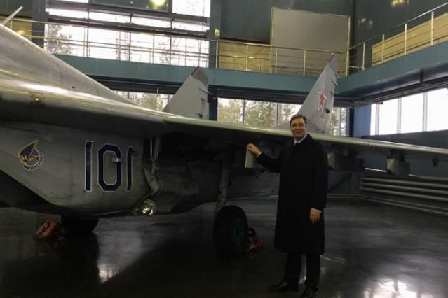 Fotografija Aleksandra Vučića ispred aparata Mig 29 u bazi ruske borbene avijacije